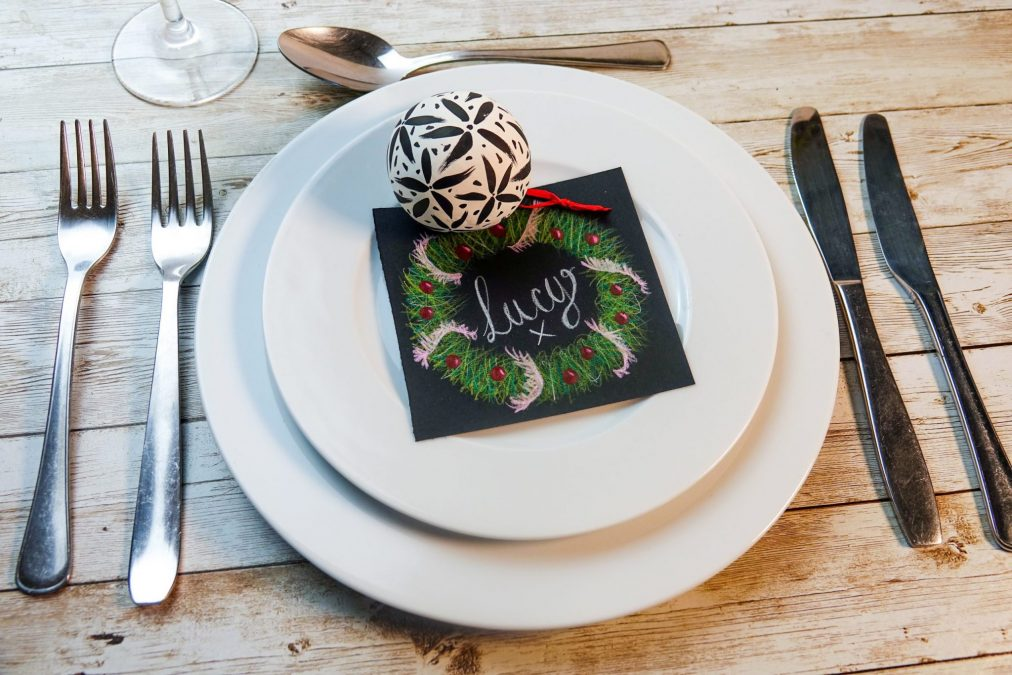 Create a Christmas table name tag with POSCA pencils