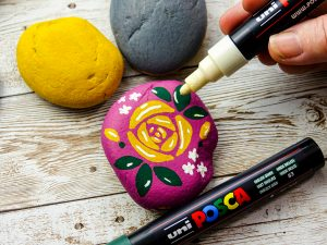 Paint a pebble with POSCA