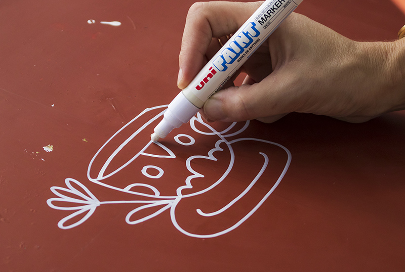 Draw on a table top with uni-Paint pens